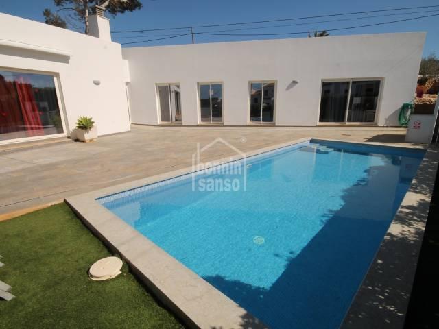 Moderno chalet de nueva construcción con piscina, en Cala´n Porter, Menorca.
