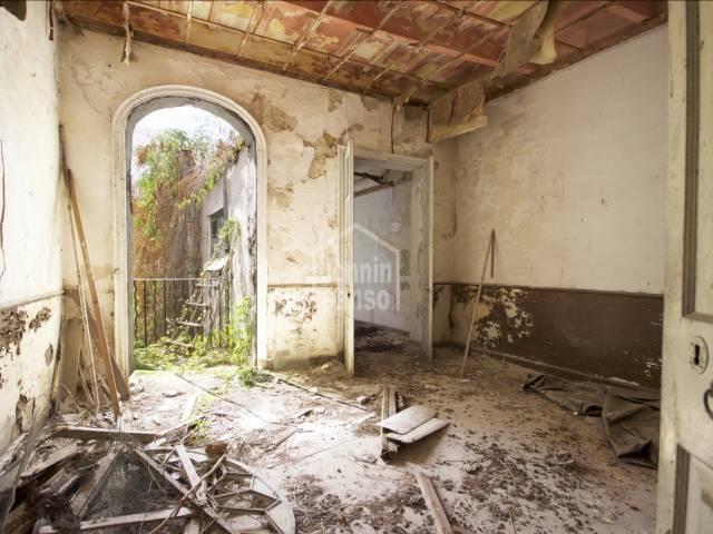 Auténtica casa con mucho carácter y potencial en el centro de Mahón. Precisa total reforma.