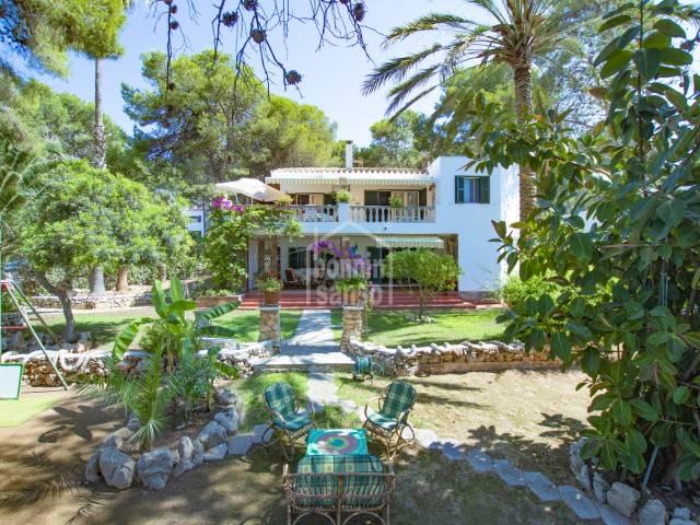 Chalet con extensos jardines a pocos metros de la Playa de Santo Tomas Menorca