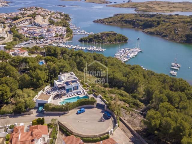 Villa contemporánea con privacidad y vistas excepcionales sobre el Puerto de Addaya, Menorca