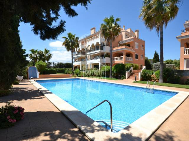 Ground floor apartment of 91 m² in high part of Cala Millor with beautifuls gardens and communal swimming pool.