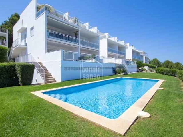 Dúplex moderno con vistas panorámicas del mar en Coves Noves, Menorca.