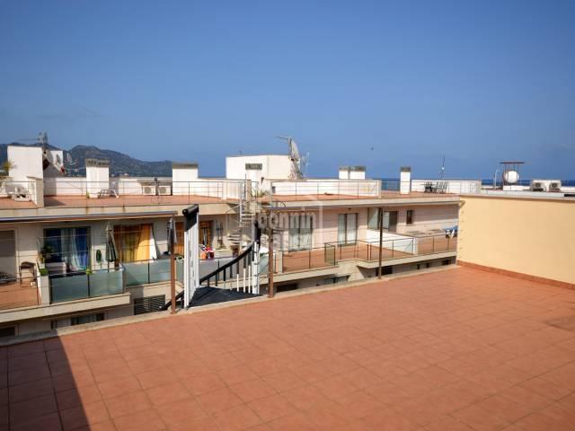 En alquiler bonito atico totalmente reformado. Situado en el puerto de Cala Bona. Mallorca