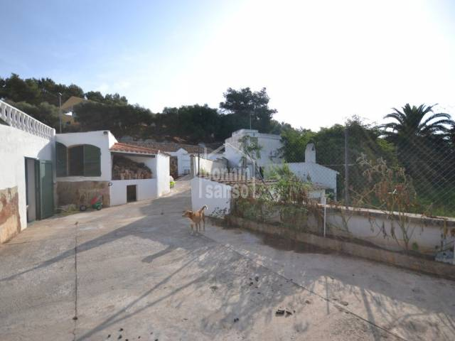 Preciosa boyera convertida en chaler en Santandría, Ciutadella, Menorca