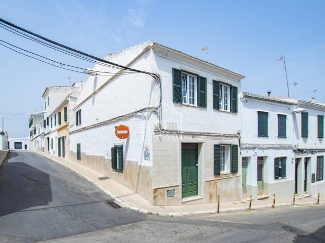 Bonita casa en esquina en el centro de Mahón -Menorca-