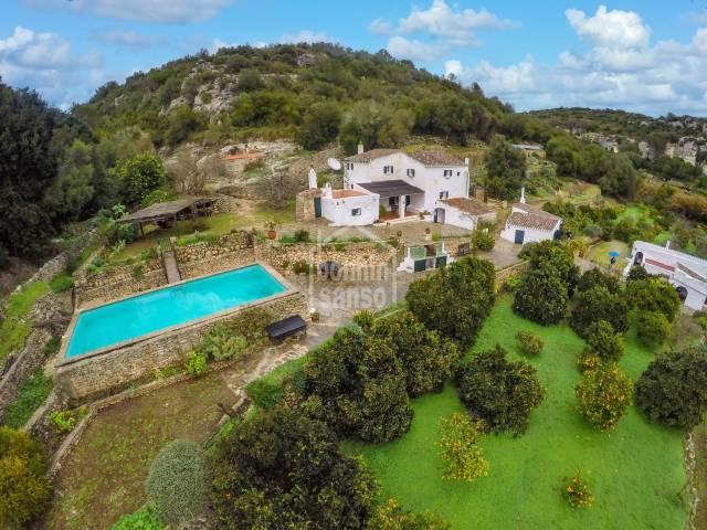 Tradicional casa de campo menorquina rodeada por árboles cítricos, Ferrerias, Menorca