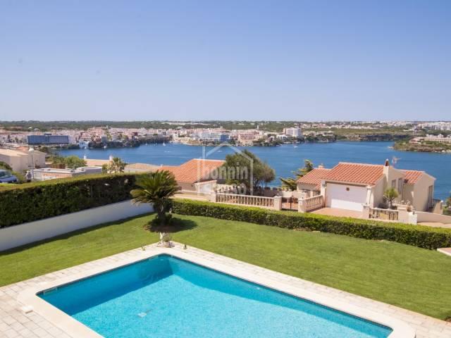 Esplendida propiedad en Cala Llonga con preciosas vistas sobre el Puerto de Mahón (Menorca)