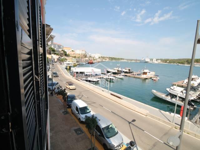 Vivienda tipo dúplex en primera línea del puerto de Mahón, Menorca.