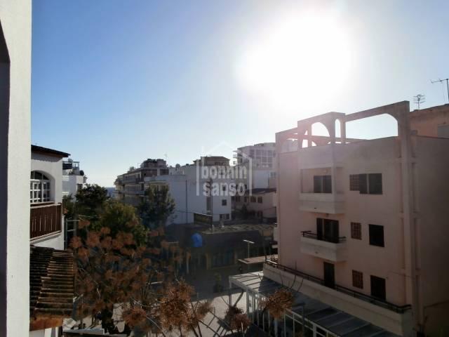 Sonnige und  gepflegte Wohnung im 3. Stock im Zentrum von Cala Millor und nur 2 Minuten vom Strand enfernt.