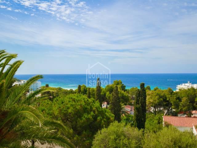 Villa mediterránea con vistas panorámicas a la costa de Santo Tomas Menorca