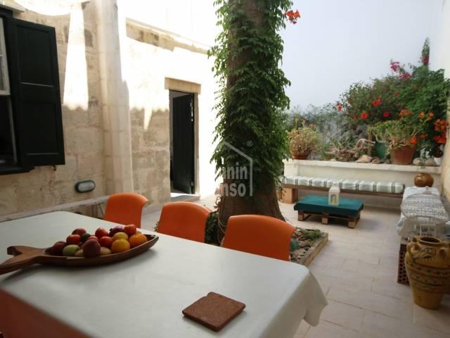 Charmantes Stadthaus im Erdgeschoss mit Terrasse und Garten in Es Castell