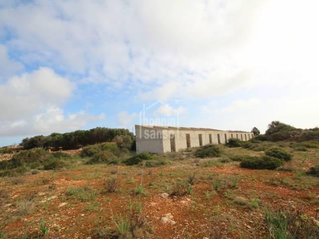 Terreno rústico con edificaciones destinadas a establos. Sant Lluís - Menorca