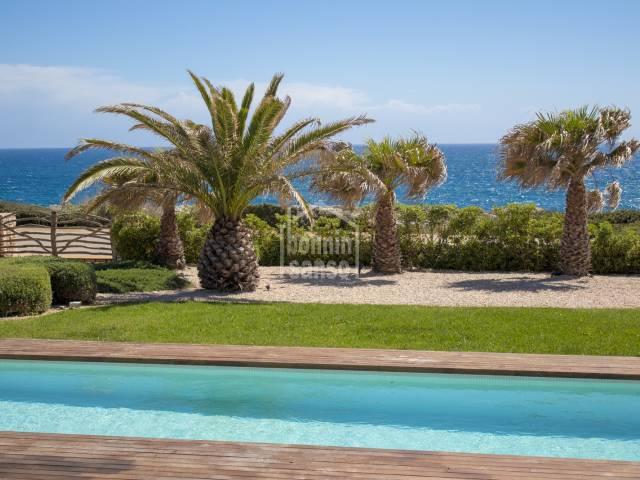 Primera linea de diseño con espectaculares vistas al mar en zona tranquila de Binidali, Mahón, Menorca.