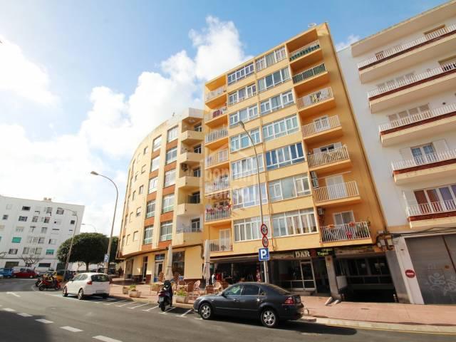 Cuarto piso de 3 habitaciones con ascensor, muy luminoso, Mahón, Menorca.