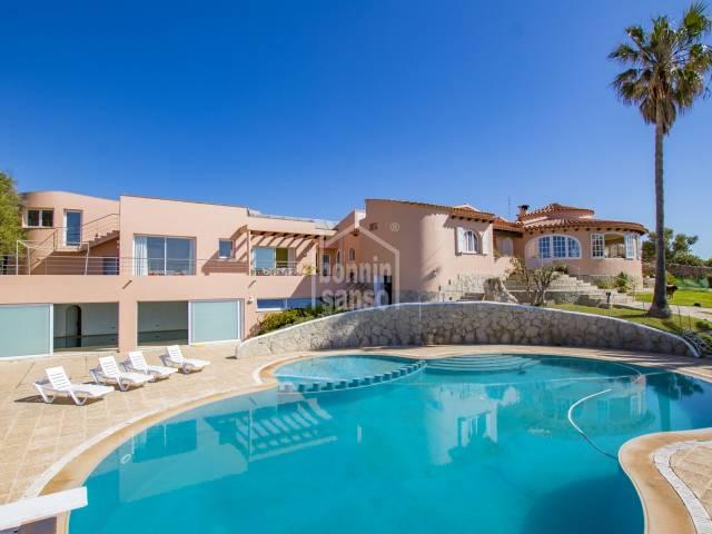 Magnifica propiedad con inmejorables vistas al mar sobre la preciosa playa de Punta Prima (Menorca)