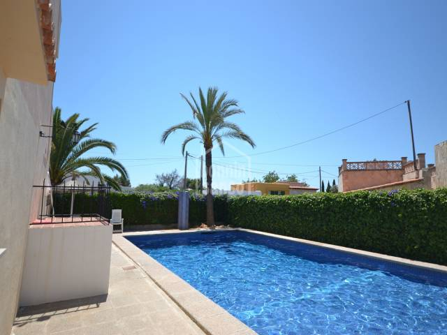 Sunny ground floor apartment of approx. 37m² including terrace of approx. 6m². South orientation with views to the community pool. Only 10 minutes walk to Cala Millor beach