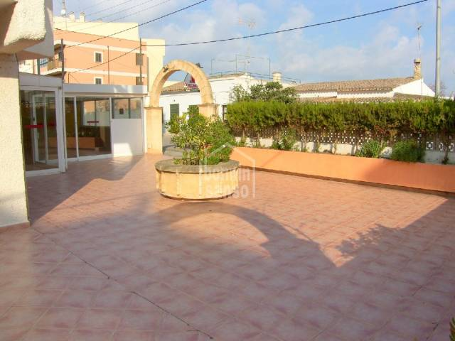 Business premises of aprox. 180m² (interior of approx. 78m² plus terrace of 102m²) in 2º line from the Port of Cala Bona.