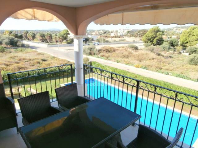 2nd floor modern, sunny apto with garden and pool in the centre of Cala Millor