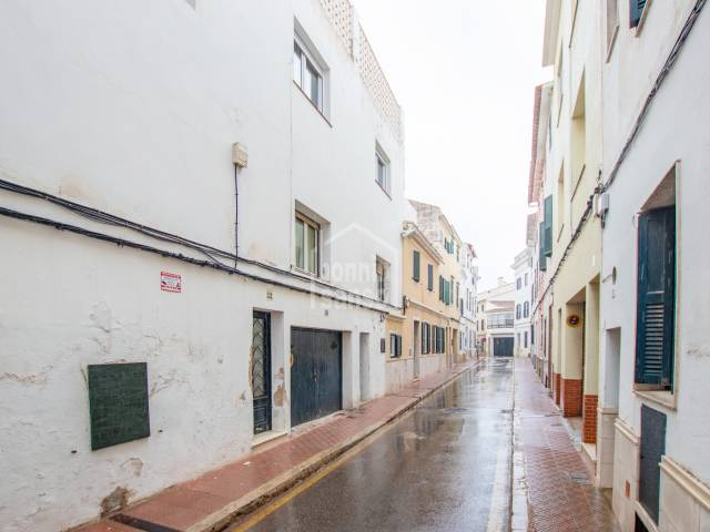 Four bedroom flat with private garage. Mahon
