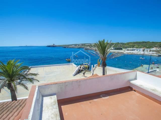 Idyllic casa adosada en primera línea ubicada en el paseo marítimo de S'Algar, en la costa sur de Menorca.
