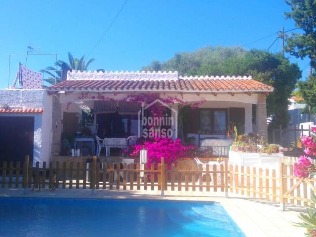 Acogedor chalet con piscina en zona tranquila de Calan Porter, en la costa sur de Menorca