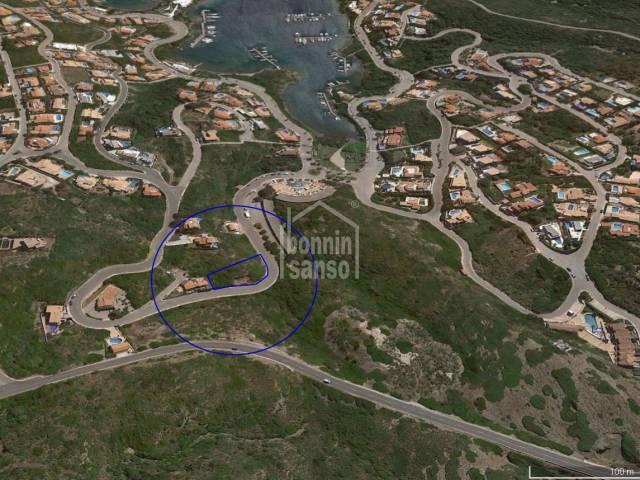 Amplio solar edificable en la Urbanización Cala Llonga (Menorca)