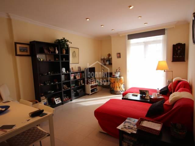 Schöne und helle Wohnung in guter Lage in Mahón (Menorca)
