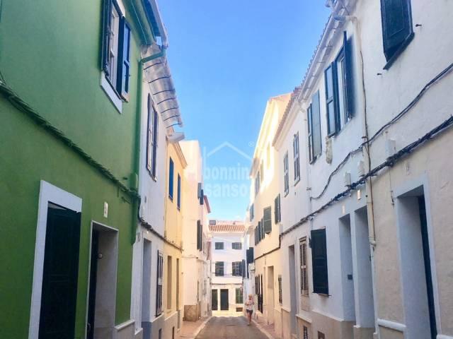 Casa en planta baja con patio, terraza y sótano, en Mahón, Menorca.