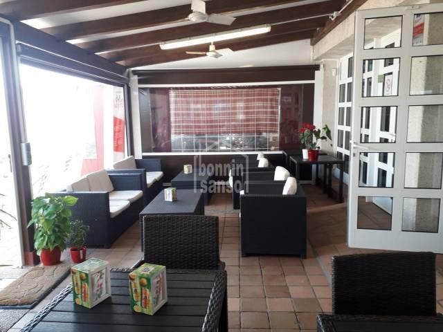 Bar/Restaurante/Pizzería en el centro comercial de Coves Noves, Menorca