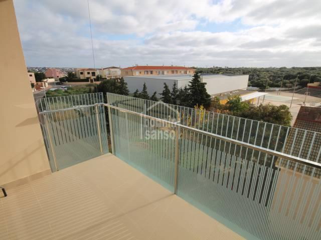 Piso de reciente construcción, de tres dormitorios, sin muebles, en Mahón, Menorca.
