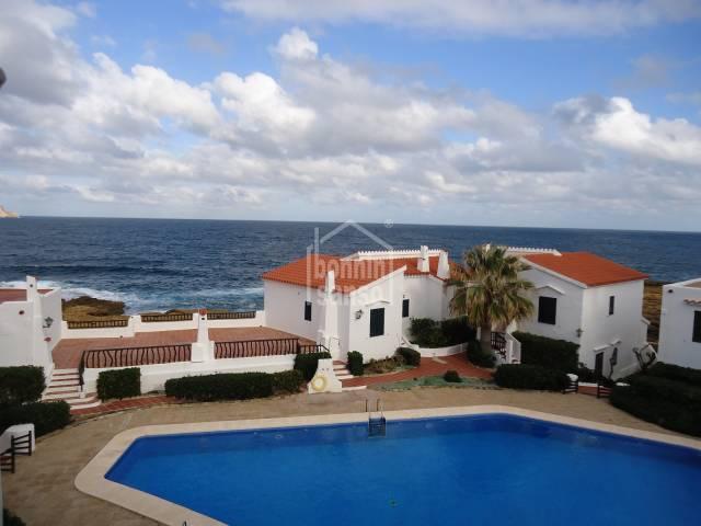 En Playas de Fornells, Menorca, extraordinario apartamento de tres habitaciones con preciosas vistas al mar.