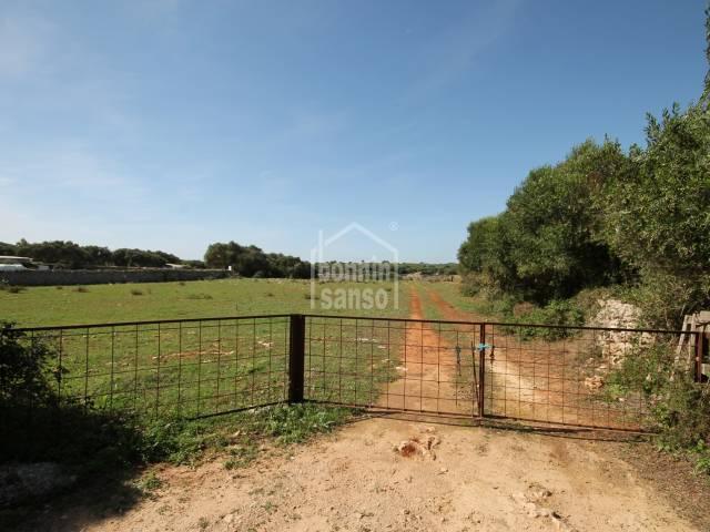 Weideland con über 8 Hektar mit zwei Ruinen