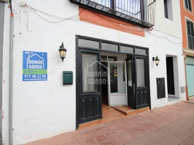 Gran local amb sortida de fums en important plaça, Ciutadella, Menorca
