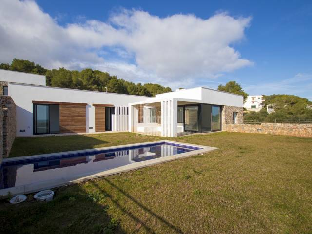 En construccion villa contemporanea con vistas panoramicas. Coves Noves. Menorca.