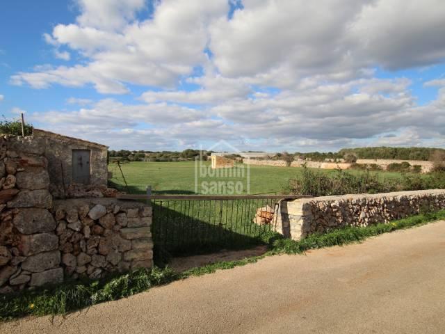 Terreno rústico de aproximadamente 6.000m2 con dos casetas de aperos en Sant Lluis, Menorca