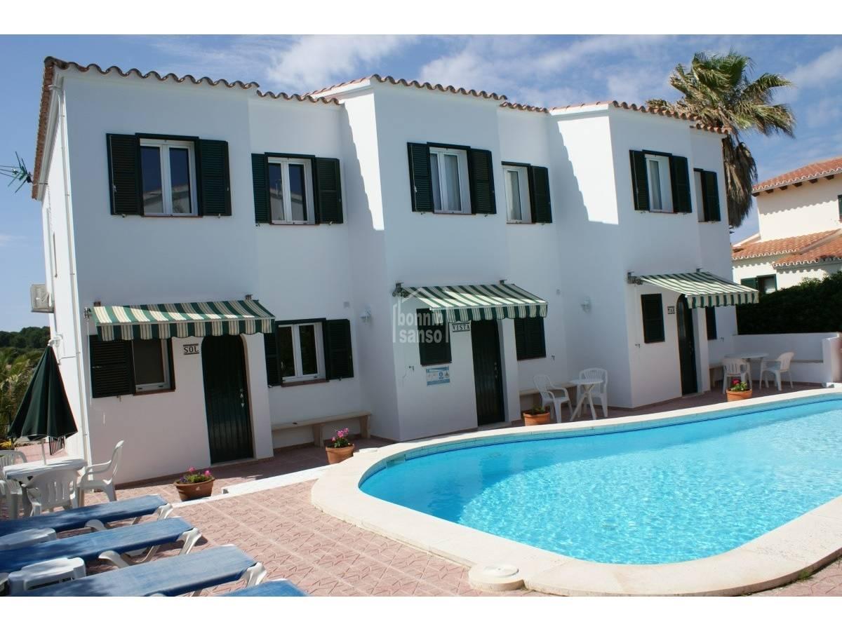 Comprar tres chalets con terrazas y piscina compartida en for Terrazas y piscinas