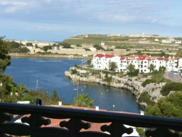 Second floor apartment in Santa Ana with good harbour views.